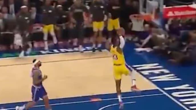 El alero estelar de los Lakers hizo esa volcada en el primer cuarto del duelo ante los Knicks