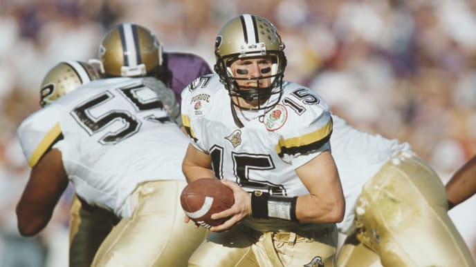 Drew Brees #15, Quarterback for the Purdue University Boilermakers calls the play at the snap against the University of Washington Huskies during the NCAA 87th Rose Bowl college football game on 1 January 2001 at the Rose Bowl Stadium, Pasadena, California, United States. The Washington Huskies won the game  34 - 24.   (Photo by Stephen Dunn/Getty Images)