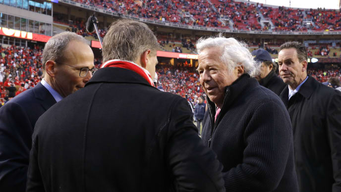 KANSAS CITY, MISSOURI - JANUARY 20: Kansas City Chiefs owner Clark Hunt speaks to New England Patriots owner Robert Kraft before the AFC Championship Game at Arrowhead Stadium on January 20, 2019 in Kansas City, Missouri. (Photo by David Eulitt/Getty Images)