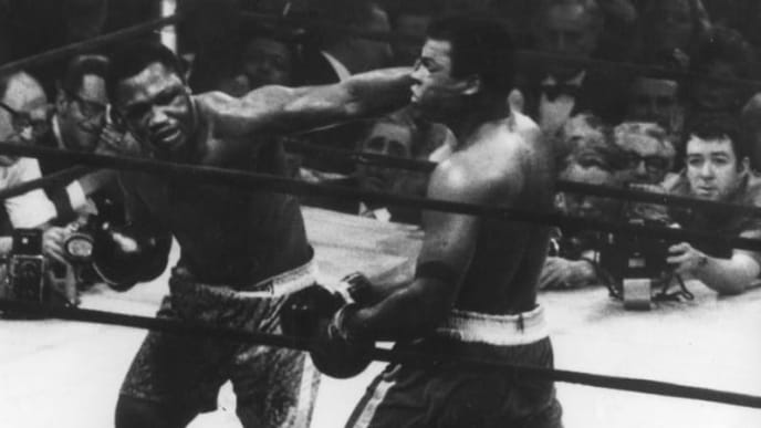 29th September 1975:  The World Heavyweight title fight between Joe Frazier (left) and Muhammad Ali (1942 - ) at Madison Square Garden. Frazier won on points.  (Photo by Keystone/Getty Images)