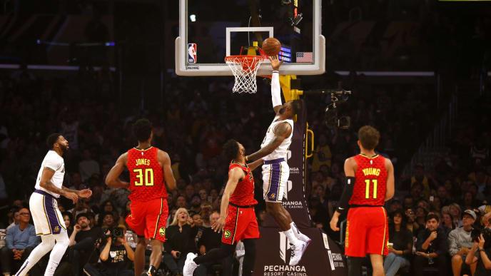 LeBron James hace una cesta ante Atlanta Hawks