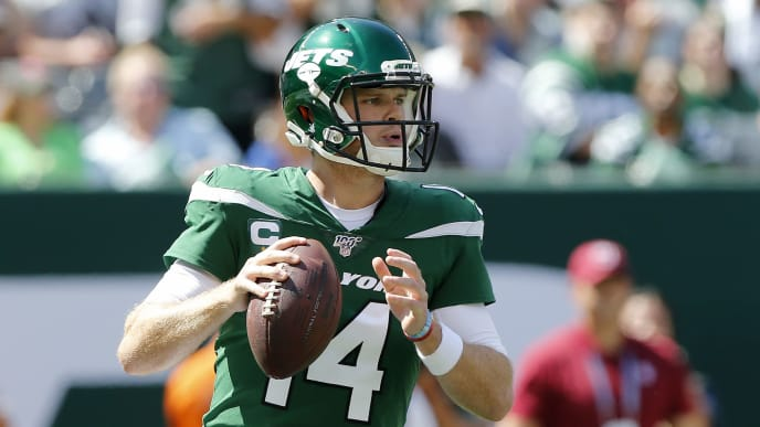 EAST RUTHERFORD, NEW JERSEY - SEPTEMBER 08:  (NEW YORK DAILIES OUT)   Sam Darnold #14 of the New York Jets in action against the Buffalo Bills at MetLife Stadium on September 08, 2019 in East Rutherford, New Jersey.  The Bills defeated the Jets 17-16. (Photo by Jim McIsaac/Getty Images)
