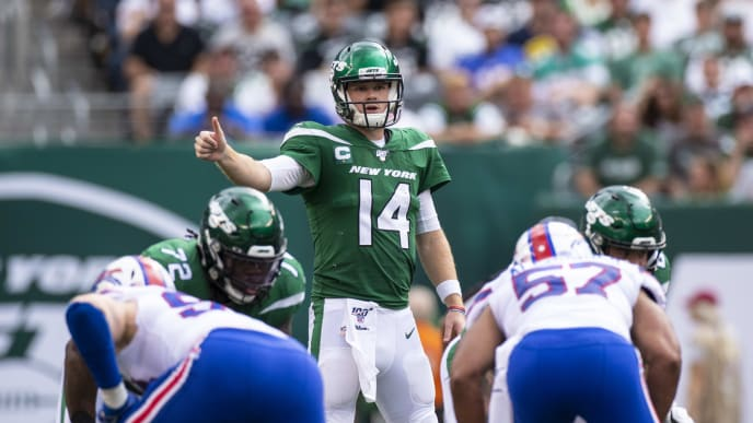 EAST RUTHERFORD, NJ - SEPTEMBER 08:  Sam Darnold #14 of the New York Jets signals to teammates during the third quarter against the Buffalo Bills at MetLife Stadium on September 8, 2019 in East Rutherford, New Jersey. Buffalo defeats New York 17-16.  (Photo by Brett Carlsen/Getty Images)