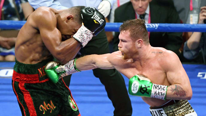 LAS VEGAS, NEVADA - MAY 04:  Canelo Alvarez (R) hits Daniel Jacobs in the fourth round of their middleweight unification fight at T-Mobile Arena on May 4, 2019 in Las Vegas, Nevada. Alvarez won by unanimous decision.  (Photo by Ethan Miller/Getty Images)