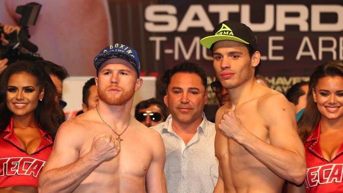 Canelo Alvarez y Julio Cesar Chavez Jr. en el pesaje de su pelea en 2017