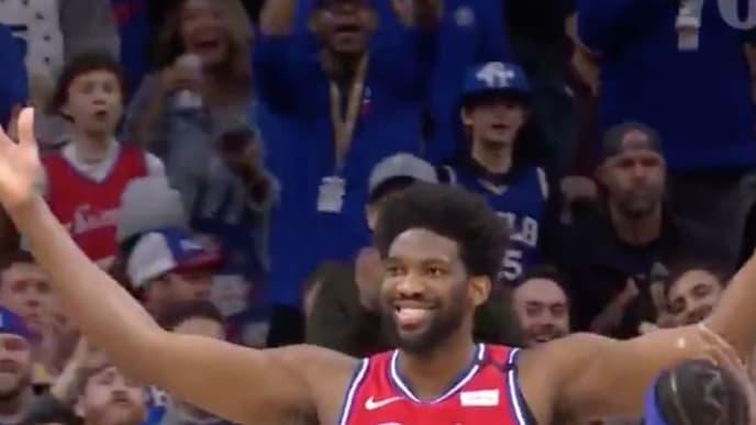 Joel Embiid en el juego ante Clippers