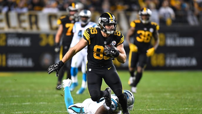 PITTSBURGH, PA - NOVEMBER 08: Vance McDonald #89 of the Pittsburgh Steelers runs upfield after a catch during the second half in the game against the Carolina Panthers at Heinz Field on November 8, 2018 in Pittsburgh, Pennsylvania. (Photo by Joe Sargent/Getty Images)