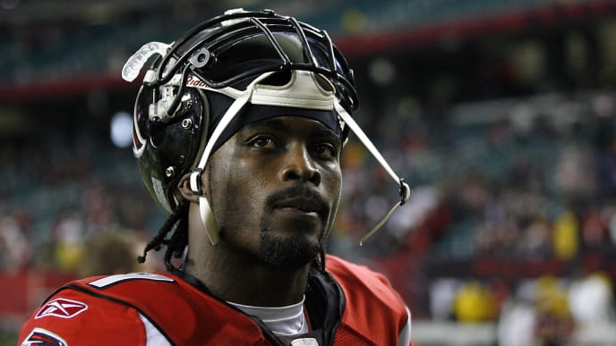 Atlanta quarterback Michael Vick leaves the field after the Falcons 10-3 loss to Carolina Sunday, December 24, 2006, at the Georgia Dome in Atlanta, Georgia. (Photo by Kevin C.  Cox/Getty Images)