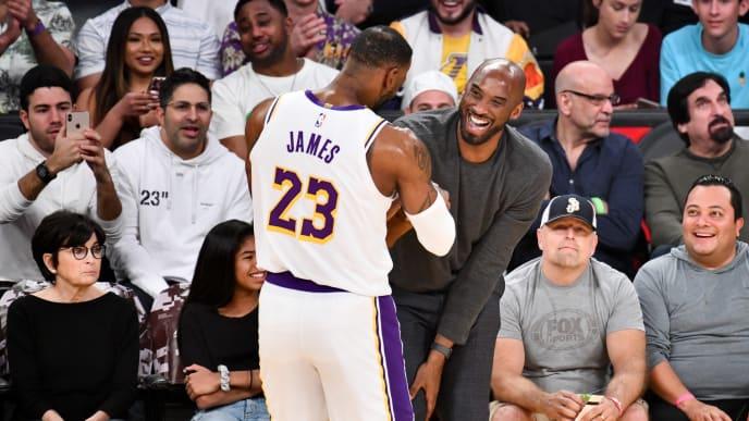 El momento en que Kobe y LeBron se saludaron en el Staples Center