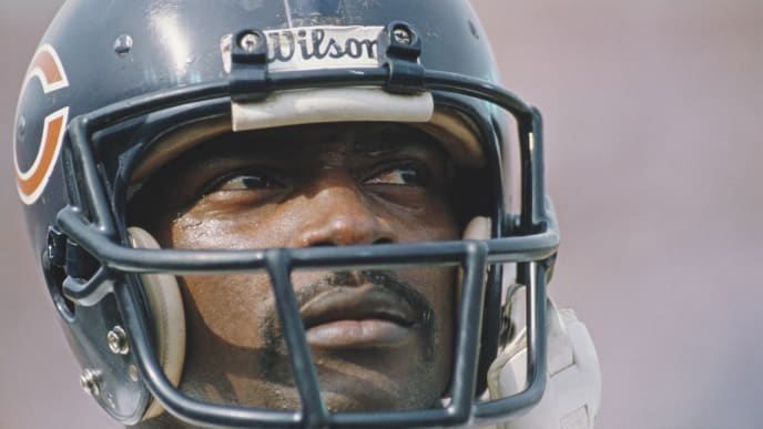 Walter Payton #34, Running Back for the Chicago Bears during his final game in the American Football Conference West game against the Los Angeles Raiders  on 27 December 1987 at the Los Angeles Memorial Coliseum, Los Angeles, California, United States. The Bears won the game 6 - 3. Visions of Sport. (Photo by Mike Powell/Allsport/Getty Images)