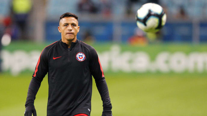PORTO ALEGRE, BRAZIL - JULY 03: Alexis Sanchez of Chile looks at the ball during warmups prior to the Copa America Brazil 2019 Semi Final match between Chile and Peru at Arena do Gremio on July 03, 2019 in Porto Alegre, Brazil. (Photo by Wagner Meier/Getty Images)