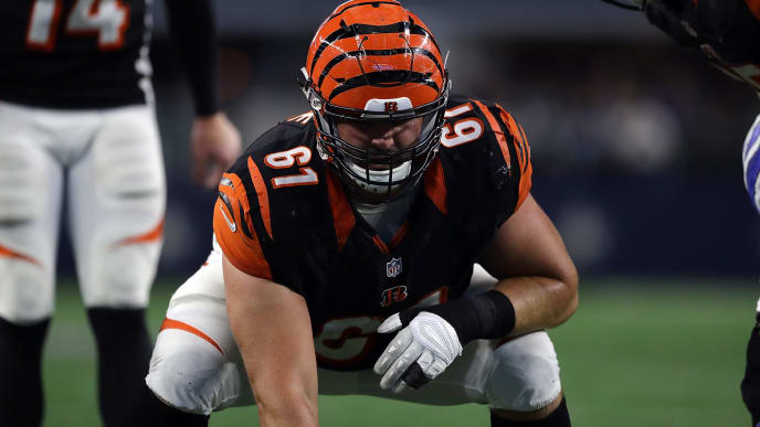 ARLINGTON, TX - OCTOBER 09:  Russell Bodine #61 of the Cincinnati Bengals at AT&T Stadium on October 9, 2016 in Arlington, Texas.  (Photo by Ronald Martinez/Getty Images)