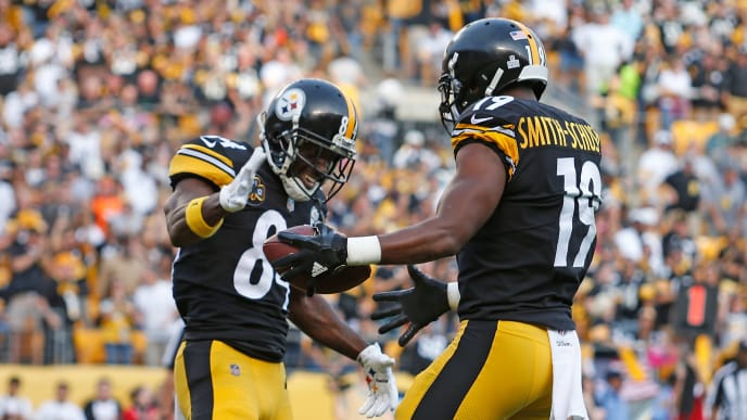 PITTSBURGH, PA - OCTOBER 22: JuJu Smith-Schuster #19 of the Pittsburgh Steelers celebrates with Antonio Brown #84 after a 31 yard touchdown reception in the second quarter during the game against the Cincinnati Bengals at Heinz Field on October 22, 2017 in Pittsburgh, Pennsylvania. (Photo by Justin K. Aller/Getty Images)