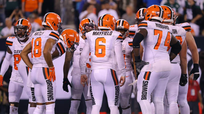 EAST RUTHERFORD, NEW JERSEY - SEPTEMBER 16: Baker Mayfield #6 of the Cleveland Browns huddles with teammates in the second half against the New York Jets at MetLife Stadium on September 16, 2019 in East Rutherford, New Jersey. (Photo by Mike Lawrie/Getty Images)