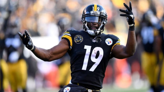 PITTSBURGH, PA - DECEMBER 31: JuJu Smith-Schuster #19 of the Pittsburgh Steelers reacts after 20 yard touchdown reception in the second quarter during the game against the Cleveland Browns at Heinz Field on December 31, 2017 in Pittsburgh, Pennsylvania. (Photo by Joe Sargent/Getty Images)