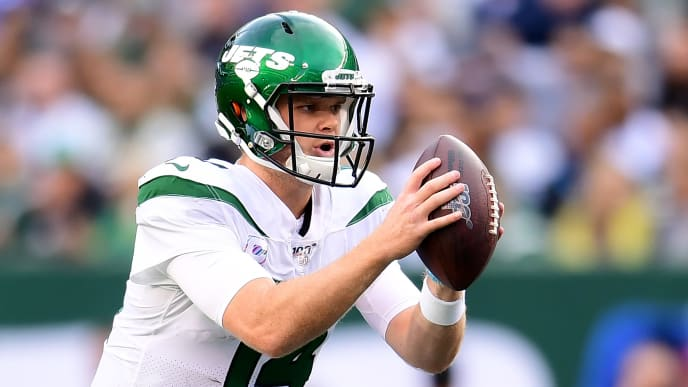 EAST RUTHERFORD, NEW JERSEY - OCTOBER 13: Sam Darnold #14 of the New York Jets drops back to pass during the first quarter of their game against the Dallas Cowboys at MetLife Stadium on October 13, 2019 in East Rutherford, New Jersey. (Photo by Emilee Chinn/Getty Images)