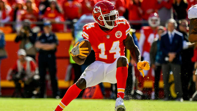 KANSAS CITY, MO - OCTOBER 28: Sammy Watkins #14 of the Kansas City Chiefs puts on the breaks in the open field to make a cut during the second half of the game against the Denver Broncos at Arrowhead Stadium on October 28, 2018 in Kansas City, Missouri. (Photo by Peter Aiken/Getty Images)