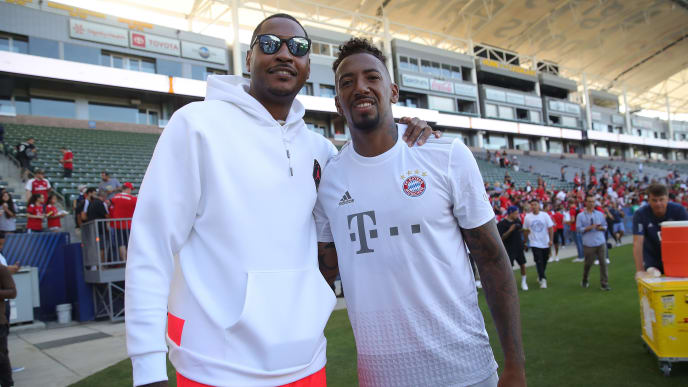 LOS ANGELES, CALIFORNIA - JULY 16:  Jerome Boateng of FC Bayern Muenchen poses with Carmelo Anthony after a FC Bayern Muenchen training session at Dignity Health Sports Park on the second day of the FC Bayern Muenchen Audi Summer Tour 2019 on July 16, 2019 in Los Angeles, California. (Photo by Alexander Hassenstein/Bongarts/Getty Images)