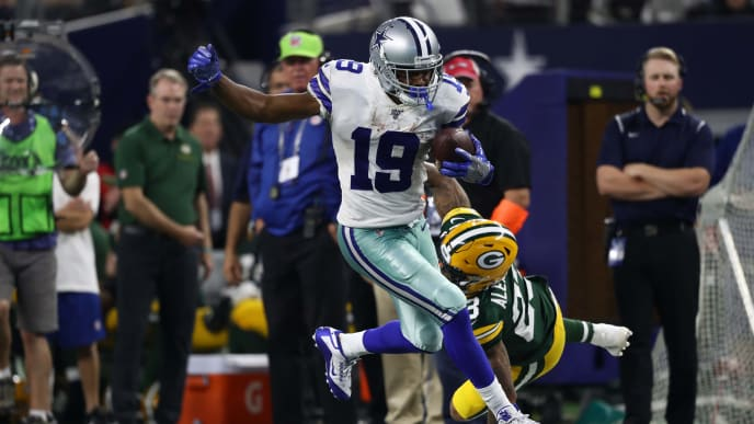 ARLINGTON, TEXAS - OCTOBER 06:  Amari Cooper #19 of the Dallas Cowboys makes a touchdown pass reception against Jaire Alexander #23 of the Green Bay Packers in the fourth quarter at AT&T Stadium on October 06, 2019 in Arlington, Texas. (Photo by Ronald Martinez/Getty Images)