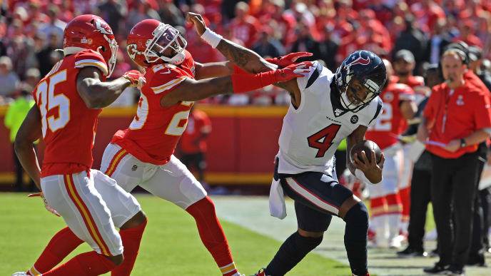 KANSAS CITY, MO - OCTOBER 13: Quarterback Deshaun Watson #4 of the Houston Texans fights off cornerback Kendall Fuller #29 of the Kansas City Chiefs during the first half at Arrowhead Stadium on October 13, 2019 in Kansas City, Missouri. (Photo by Peter G. Aiken/Getty Images)
