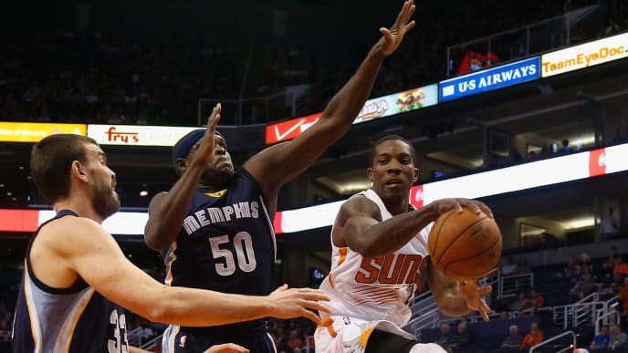 PHOENIX, AZ - NOVEMBER 05:  Eric Bledsoe #2 of the Phoenix Suns passes the ball during the first half of the NBA game against the Memphis Grizzlies at US Airways Center on November 5, 2014 in Phoenix, Arizona.  NOTE TO USER: User expressly acknowledges and agrees that, by downloading and or using this photograph, User is consenting to the terms and conditions of the Getty Images License Agreement.  (Photo by Christian Petersen/Getty Images)