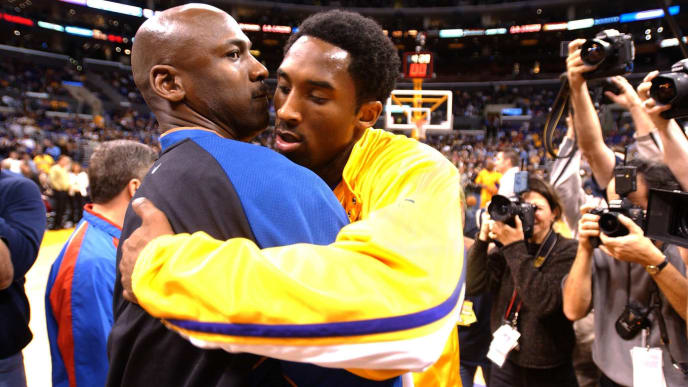 LOS ANGELES, UNITED STATES:  Michael Jordan (L) of the Washington Wizards and Kobe Bryant of the Los Angeles Lakers embrace before the start of their 12 February 2002 game in Los Angeles, CA. The Lakers won the game, 103-94. AFP PHOTO/Vince BUCCI (Photo credit should read Vince Bucci/AFP/Getty Images)
