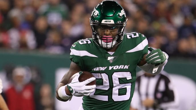EAST RUTHERFORD, NEW JERSEY - OCTOBER 21:  Le'Veon Bell #26 of the New York Jets runs against the New England Patriots during their game at MetLife Stadium on October 21, 2019 in East Rutherford, New Jersey. (Photo by Al Bello/Getty Images)