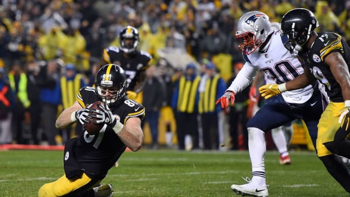 PITTSBURGH, PA - DECEMBER 17: Jesse James #81 of the Pittsburgh Steelers dives for the end zone for an apparent touchdown in the fourth quarter during the game against the New England Patriots at Heinz Field on December 17, 2017 in Pittsburgh, Pennsylvania. After official review, it was ruled an incomplete pass (Photo by Joe Sargent/Getty Images)