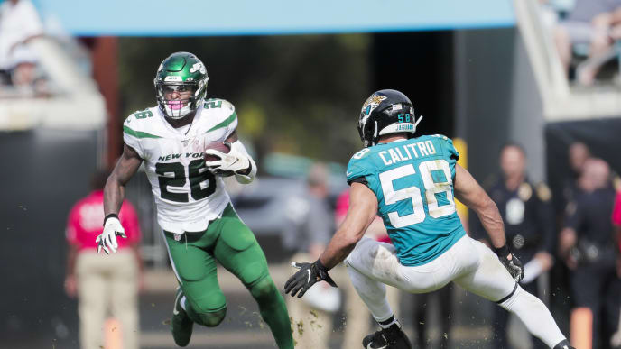 JACKSONVILLE, FLORIDA - OCTOBER 27: Le'Veon Bell #26 of the New York Jets runs for yardage against Austin Calitro #58 of the Jacksonville Jaguars during the third quarter of a game at TIAA Bank Field on October 27, 2019 in Jacksonville, Florida. (Photo by James Gilbert/Getty Images)