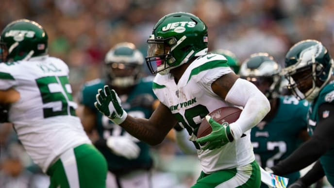 PHILADELPHIA, PA - OCTOBER 06: Le'Veon Bell #26 of the New York Jets runs the ball against the Philadelphia Eagles at Lincoln Financial Field on October 6, 2019 in Philadelphia, Pennsylvania. (Photo by Mitchell Leff/Getty Images)