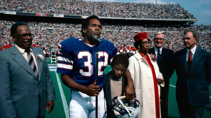 ORCHARD PARK, NY -  SEPTEMBER 14:  O.J. Simpson, professional football player with the Buffalo Bills, is inducted into the Wall of Fame in Rich Stadium on September 14, 1980. Simpson is accompanied by his parents, his son, Jason, and Ralph Wilson, owner of the Buffalo Bills. (Photo by Ross Lewis/Getty Images)