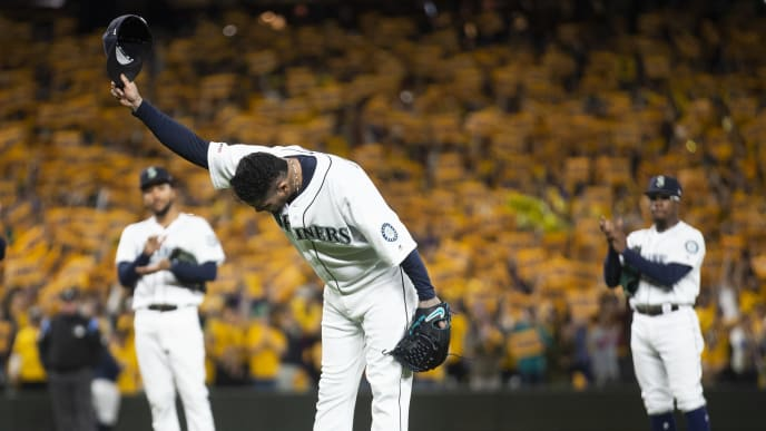 SEATTLE, WA - SEPTEMBER 26:  Felix Hernandez #34 of the Seattle Mariners bows to fans as he is taken out of the game during his last game with the Seattle Mariners in the sixth inning against the Oakland Athletics at T-Mobile Park on September 26, 2019 in Seattle, Washington. (Photo by Lindsey Wasson/Getty Images)