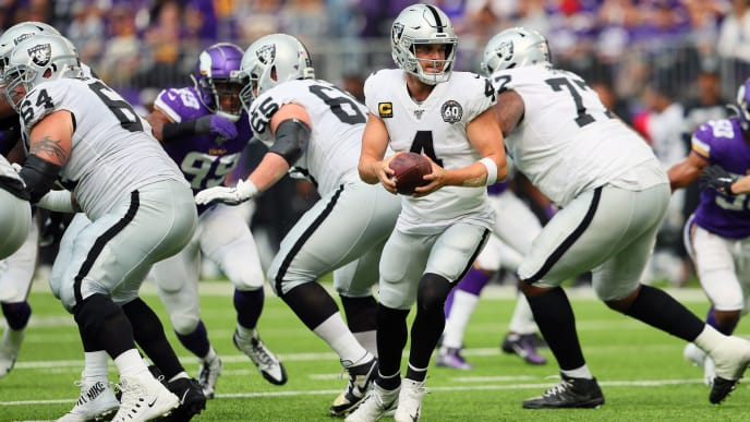 MINNEAPOLIS, MN - SEPTEMBER 22: Derek Carr #4 of the Oakland Raiders looks for the hand off against the Minnesota Vikings at U.S. Bank Stadium on September 22, 2019 in Minneapolis, Minnesota. The Minnesota Vikings defeated the Oakland Raiders 34-14.(Photo by Adam Bettcher/Getty Images)