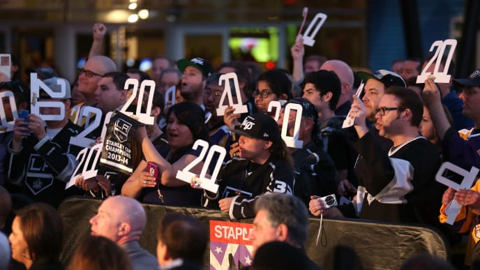 LOS ANGELES, CA - MARCH 07:  Fans hold his number 20 before ceremonies unveiling a statue of Hockey Hall of Famer and  Los Angeles Kings legend Luc Robitaille on Star Plaza in front of Staples Center before the game between the Kings and the Pittsburgh Penguins on March 7, 2015 in Los Angeles, California.  (Photo by Stephen Dunn/Getty Images)