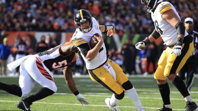 CINCINNATI, OHIO - NOVEMBER 24:   Mason Rudolph #2 of the Pittsburgh Steelers runs with the ball against the Cincinnati Bengals at Paul Brown Stadium on November 24, 2019 in Cincinnati, Ohio. (Photo by Andy Lyons/Getty Images)