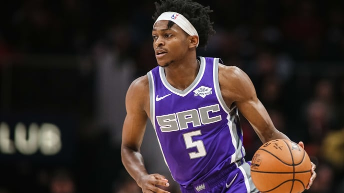 ATLANTA, GA - NOVEMBER 8: De'Aaron Fox #5 of the Sacramento Kings controls the ball during the first quarter of a game against the Atlanta Hawks at State Farm Arena on November 8, 2019 in Atlanta, Georgia. NOTE TO USER: User expressly acknowledges and agrees that, by downloading and or using this photograph, User is consenting to the terms and conditions of the Getty Images License Agreement. (Photo by Carmen Mandato/Getty Images)