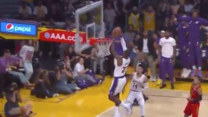 Lakers completa el alley oop ante Hawks.