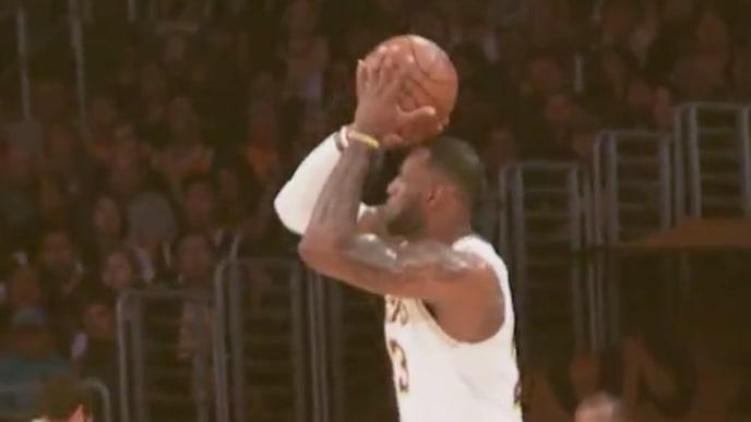 LeBron en cámara lenta metiendo un triple