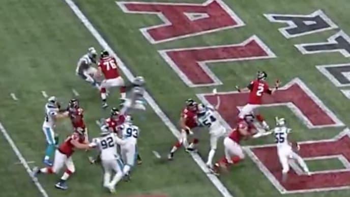 Matt Ryan hace un largo pase de touchdown ante Carolina Panthers