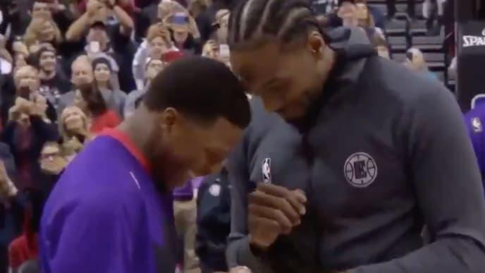 Kawhi Leonard recibiendo su anillo de campeón en Toronto