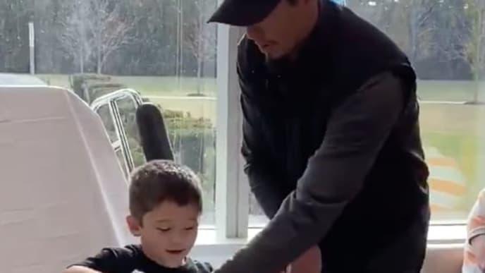 Carlos Carrasco le entrega juguetes a niño con cáncer