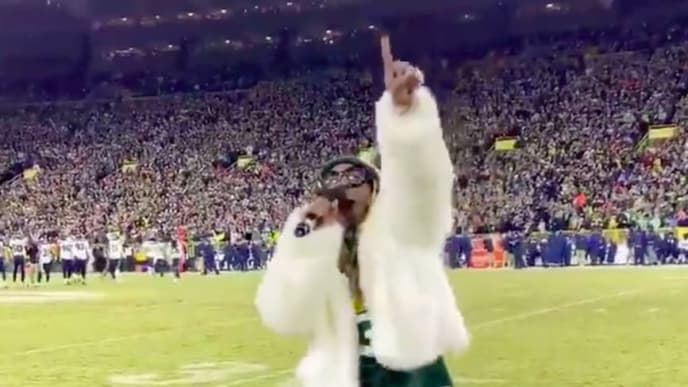 Rapper Lil Wayne leads Lambeau Field in singing 'Roll Out the Barrel' during fourth quarter.