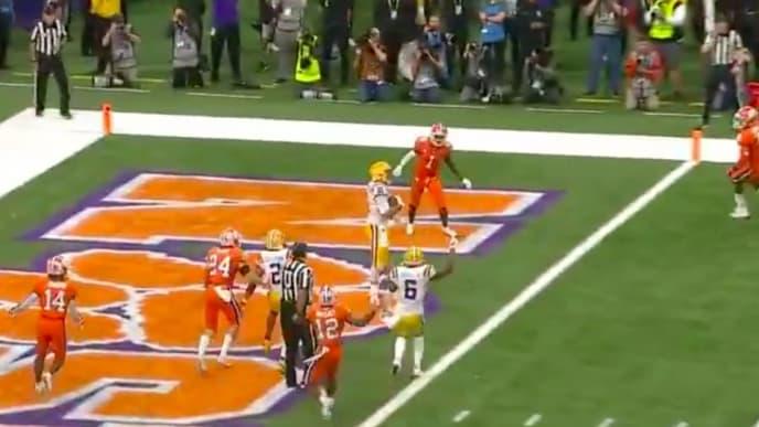 LSU QB Joe Burrow delivered a touchdown pass to WR Thaddeus Moss.