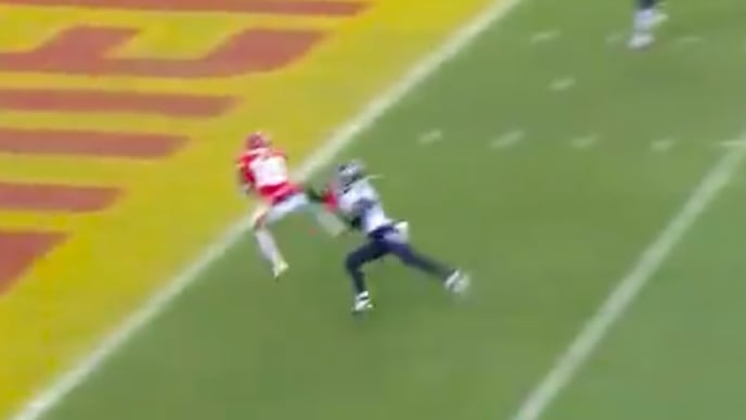 Tyreek Hill's second touchdown of game cuts Chiefs deficit to Titans to 17-14 on Sunday.