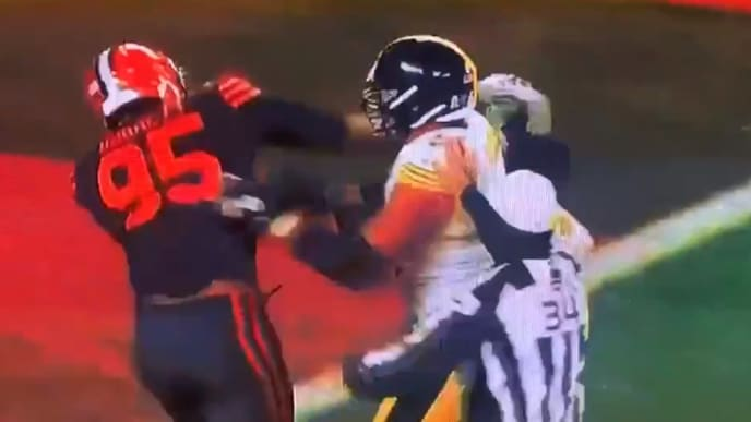 Myles Garrett rips off Mason Rudolph's helmet and connects with his head, inciting brawl on Thursday