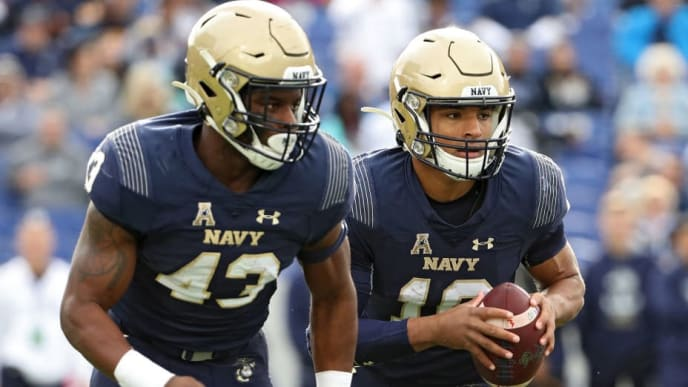 ANNAPOLIS, MARYLAND - OCTOBER 19: Quarterback Malcolm Perry #10 of the Navy Midshipmen looks to handoff against the South Florida Bulls during the first quarter at Navy-Marine Corps Memorial Stadium on October 19, 2019 in Annapolis, Maryland. (Photo by Patrick Smith/Getty Images)