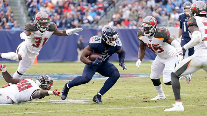 NASHVILLE, TENNESSEE - OCTOBER 27: Jonnu Smith #81 of the Tennessee Titans runs with the ball during the third quarter of the NFL football game against the Tampa Bay Buccaneers at Nissan Stadium on October 27, 2019 in Nashville, Tennessee. (Photo by Bryan Woolston/Getty Images)