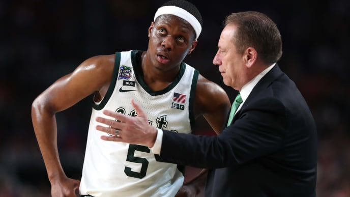 MINNEAPOLIS, MINNESOTA - APRIL 06: Head coach Tom Izzo of the Michigan State Spartans talks with Cassius Winston #5 in the second half against the Texas Tech Red Raiders during the 2019 NCAA Final Four semifinal at U.S. Bank Stadium on April 6, 2019 in Minneapolis, Minnesota. (Photo by Tom Pennington/Getty Images)