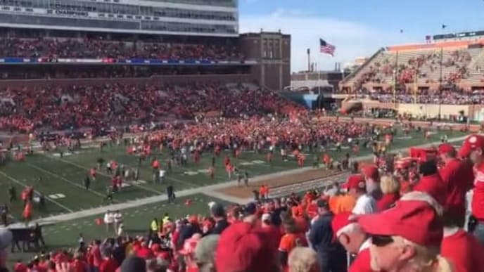 Video Illinois Trolls Wisconsin By Playing Jump Around