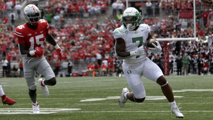 Oregon Ducks RB CJ Verdell (7) runs for a touchdown during 2Q of Saturday's (Sept. 11, 2021) game against the Ohio St. Buckeyes